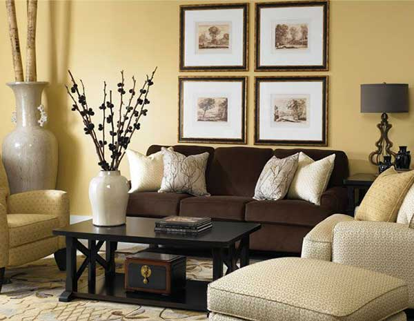 Bir kahverengi koltuk 10 dekorasyon for Yellow brown living room ideas